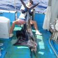 トローリングで釣り上げたバショウカジキとアングラー