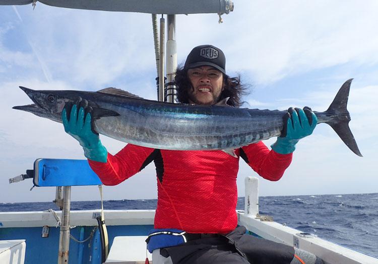 カマスワワラと釣り上げたアングラー