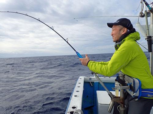 トローリングでマグロを釣っている男性