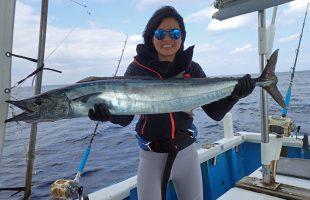 トローリングで10kgのカマスサワラを釣った女性
