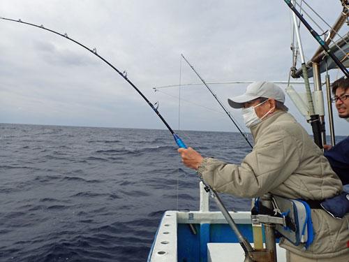シイラを釣っている男性