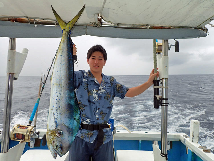 シイラと釣り上げた若い男性