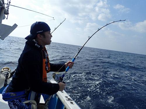 シイラを釣っている男
