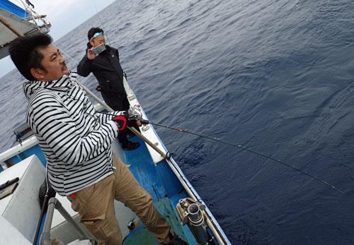 ジギングで本日最大のカンパチを釣っている男性