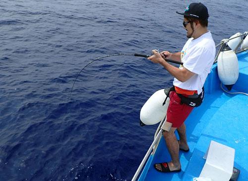 カンパチを釣っている男