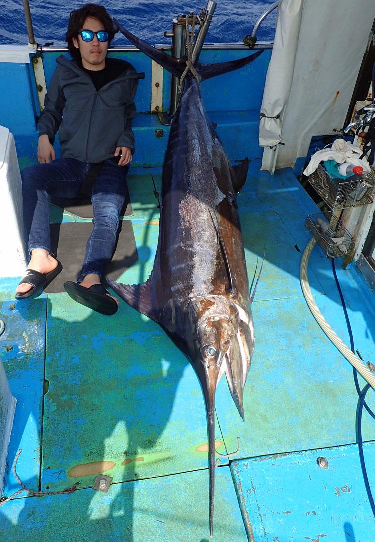 釣り上げた90kgのカジキと記念撮影
