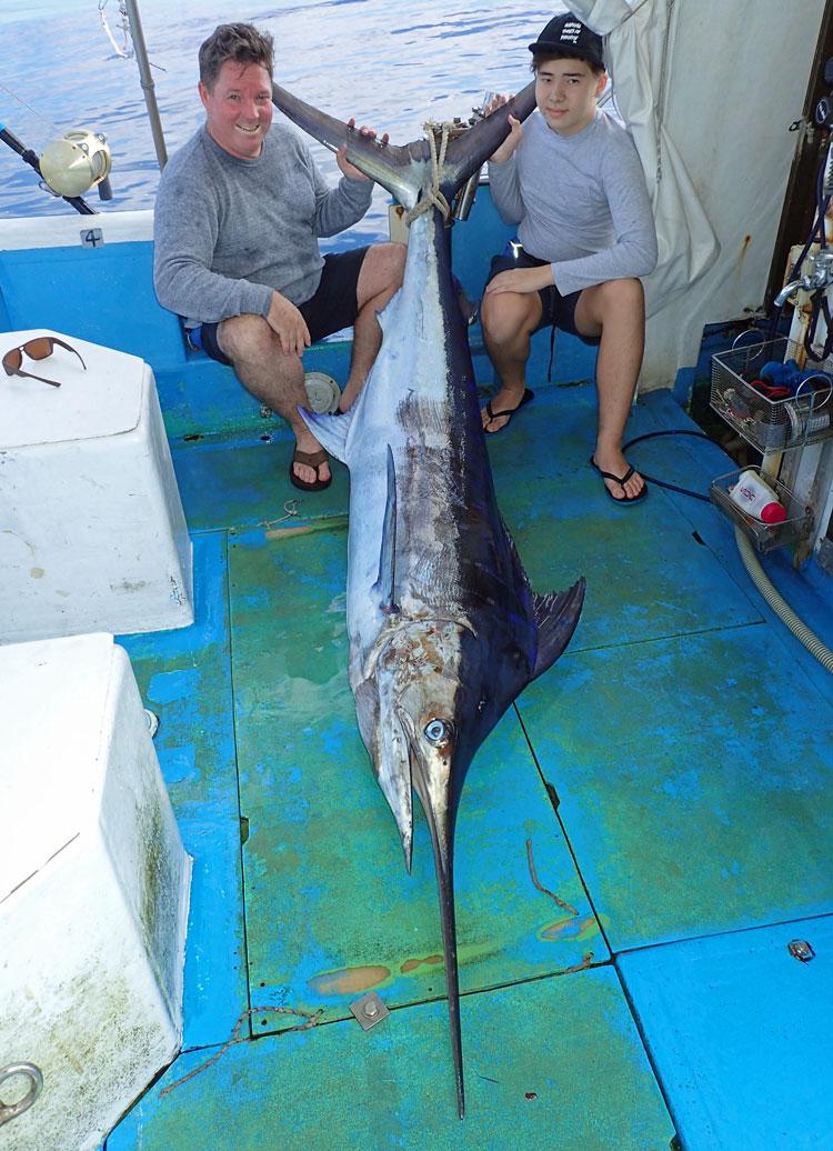 釣り上げたカジキとオーストラリア出身の父とハーフの14才の息子