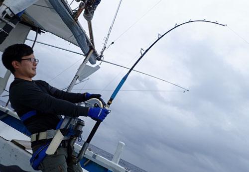 カジキ釣りしている男