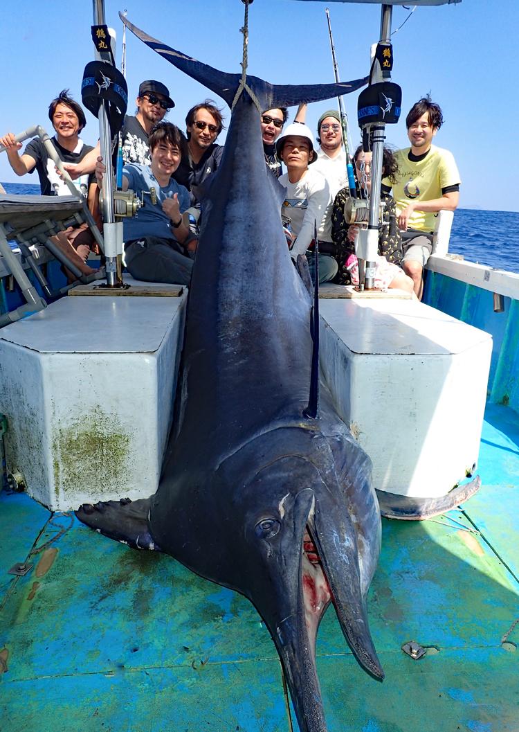 270kgのブラックマーリンと9人の観光客