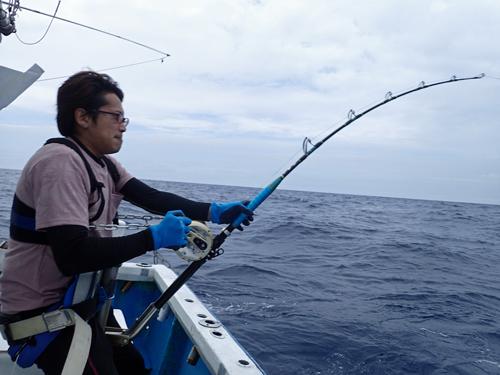 マカジキを釣っている男