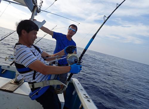 カジキ釣りに夢中になっている男
