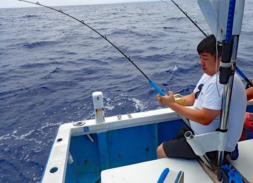 トローリングでカツオを釣っている男