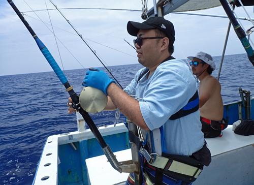 トローリングでシイラを釣っている男