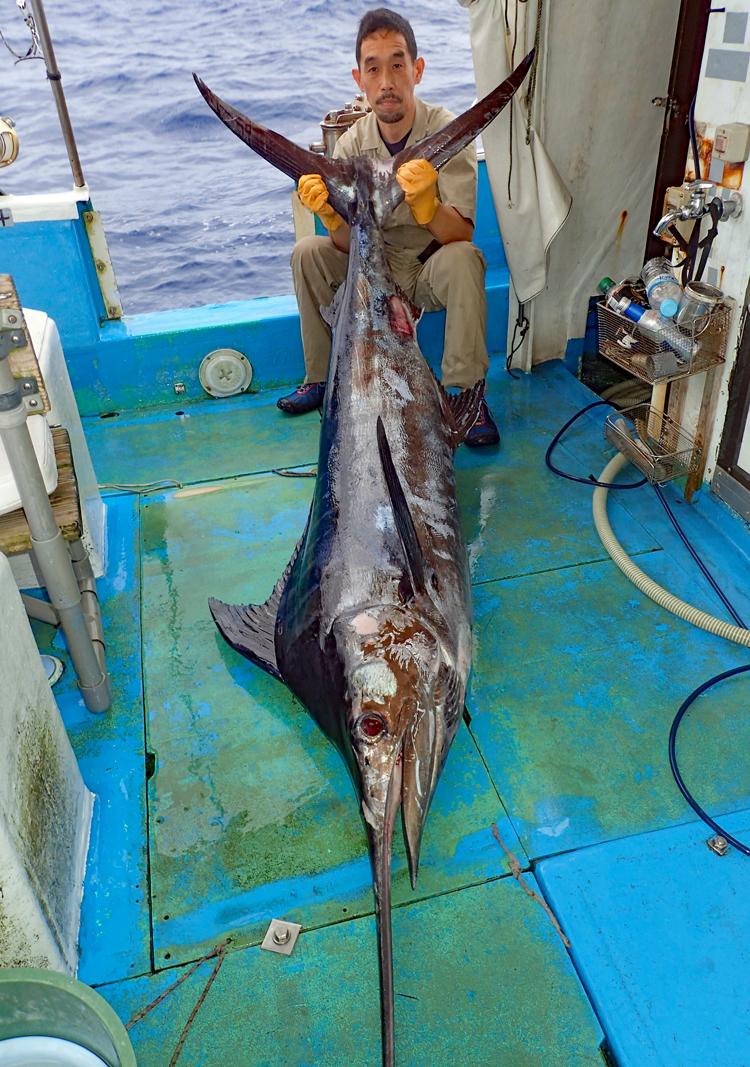 70kgのカジキと釣り上げたアングラー