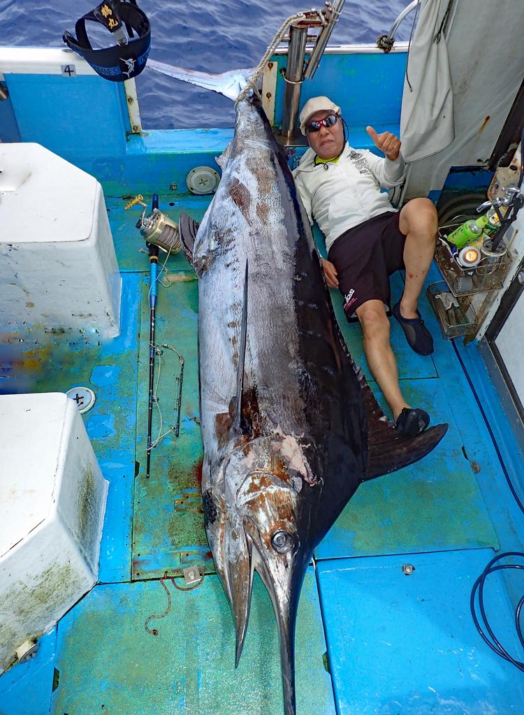180kgのカジキと釣り上げた69才の男性