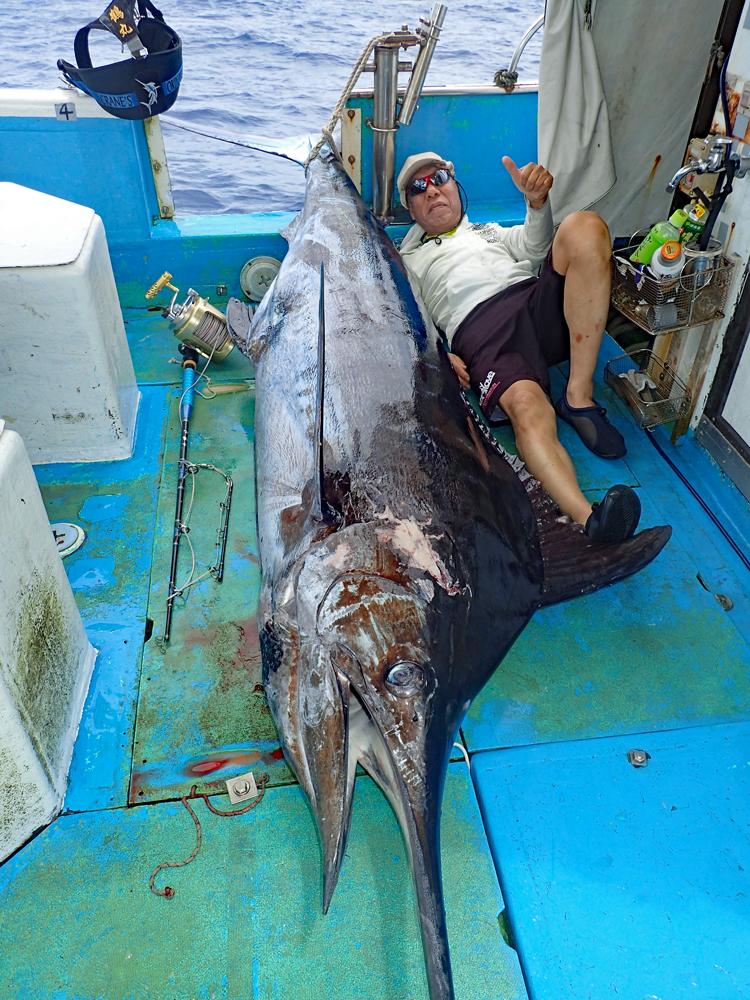 釣り上げた180kgのブルーマーリンと69才の男性