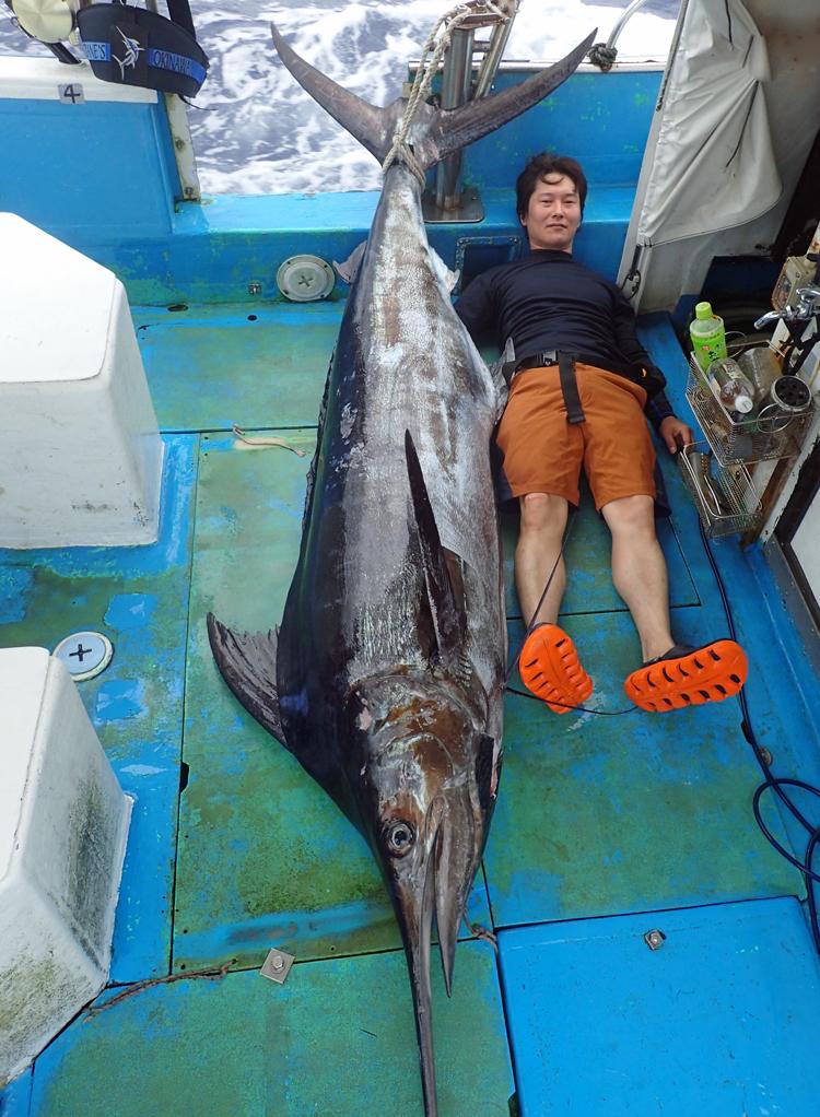 110kgのカジキと釣り上げたアングラー