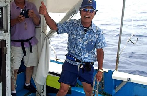 カジキを釣り上げ喜ぶ77才の男性
