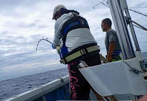 ブルーマーリン180kgを釣っている69才男性と鶴巻船長
