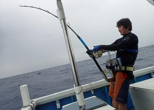 カジキを釣っている若い男性