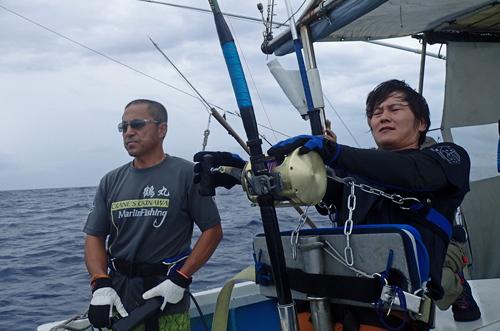 カジキとファイト中の男と鶴巻船長