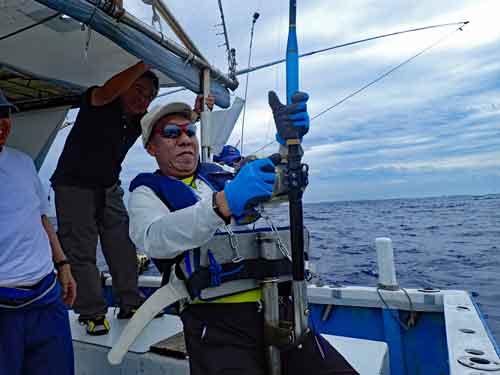 180kgのカジキを釣っている男性