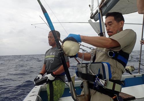 カジキを釣っているアングラーと鶴巻船長