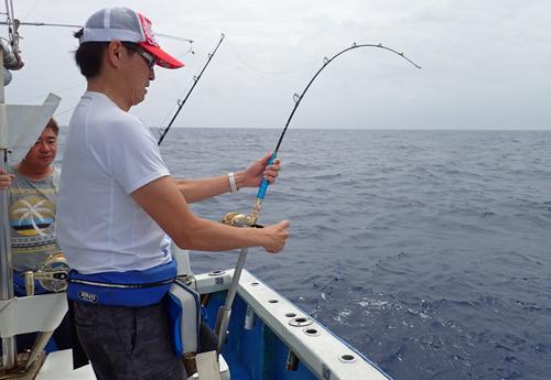 カツオを釣っている男