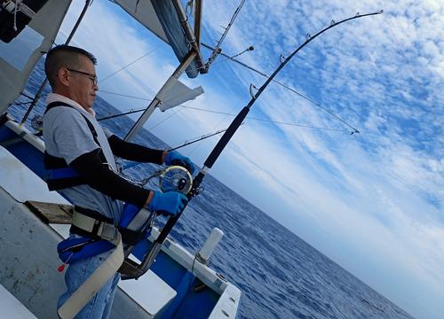 カジキを釣っている若い男