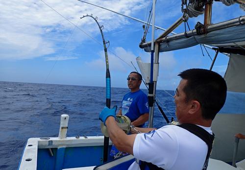 カジキ釣りしている男と鶴巻船長