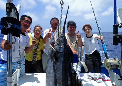 釣り上げたカジキと宮城県~福島県から来た5人
