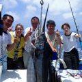 沖縄でカジキを釣り上げたと宮城県と福島県の男女5人