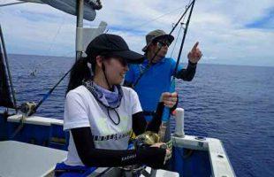 小マグロを釣っている女性