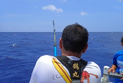 カジキを釣っている男の後ろ姿