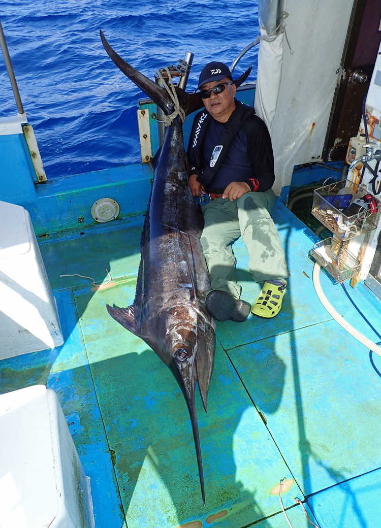 カジキと釣り上げた66才のアングラー