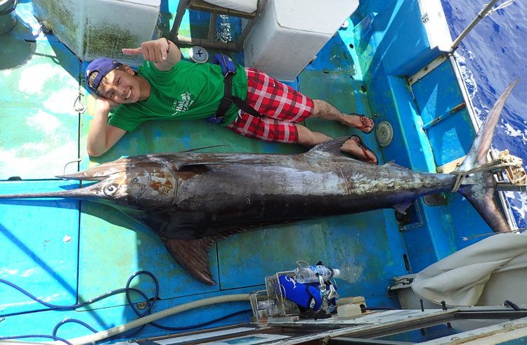 釣り上げた100kgオーバーのカジキと東京から来た20才のアングラー
