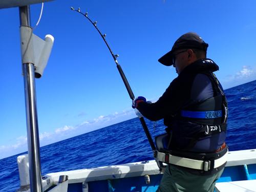 カジキを釣っている66才のアングラー