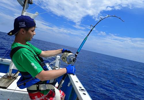 カジキを釣っている東京からきた20才アングラー