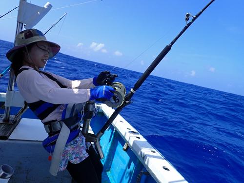 カジキを釣っている女性