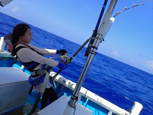 カジキを釣っている若い女性