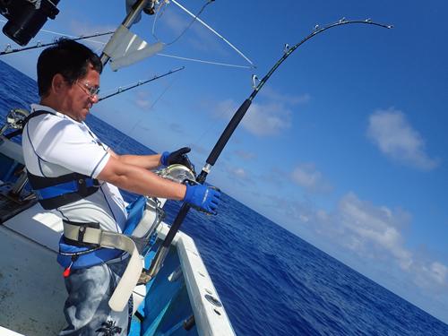 沖縄の鶴丸でカジキを釣っている男