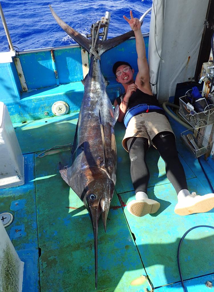 釣り上げたカジキと広島県から来た若い男性