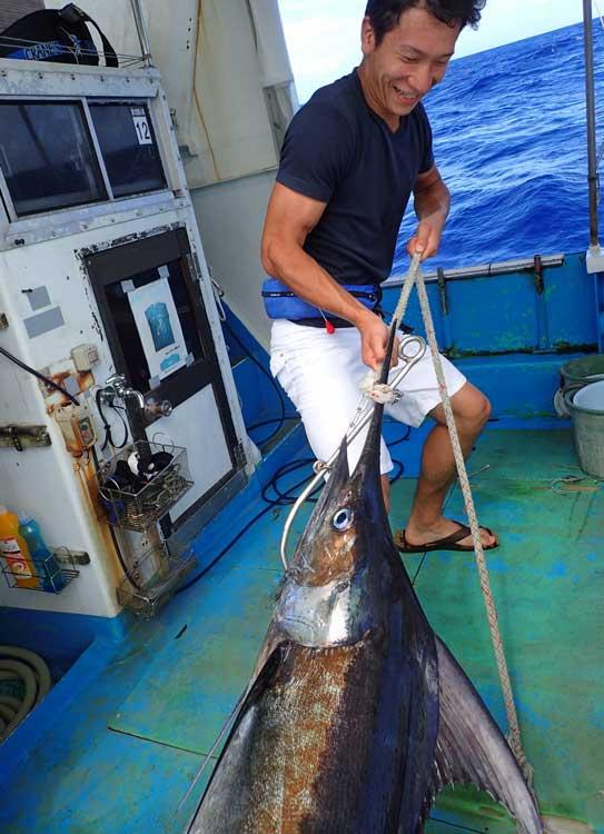 カジキを一人で船に引き上げる22歳の男性