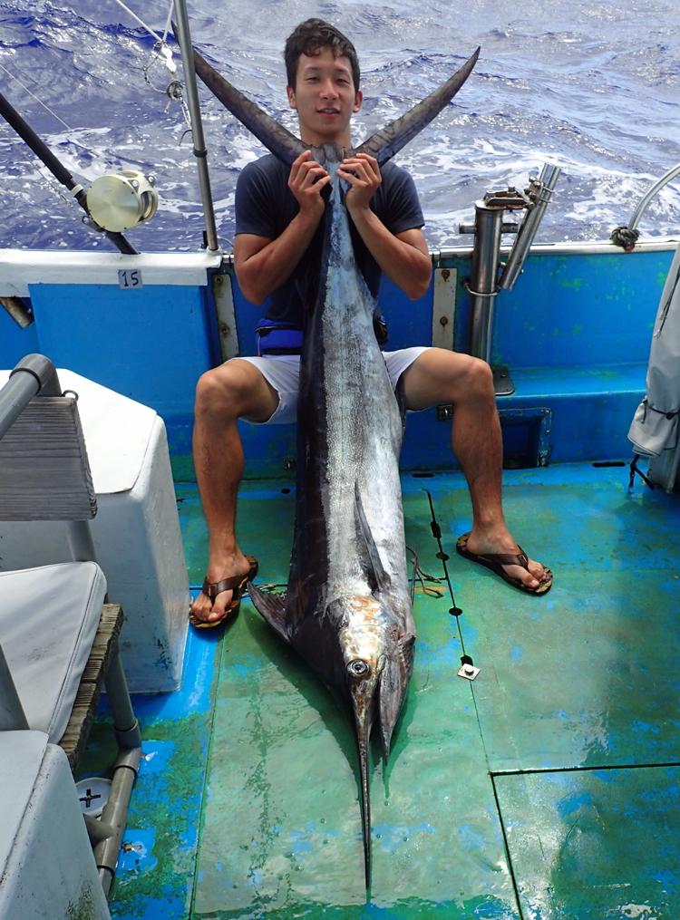 ブルーマーリンと釣り上げた22才の男性