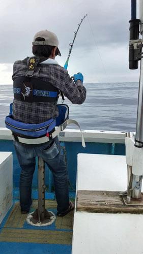 カジキを釣っている70才の父