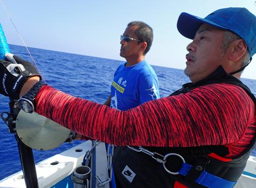 マーリンを釣っている男性と鶴巻船長