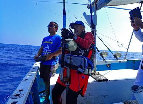 カジキ釣りしている男と鶴丸船長