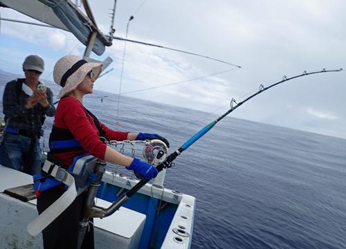 カジキを釣っている女性アングラー