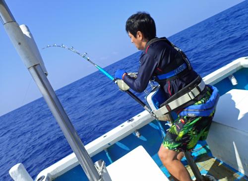 カジキ釣りをしている男性