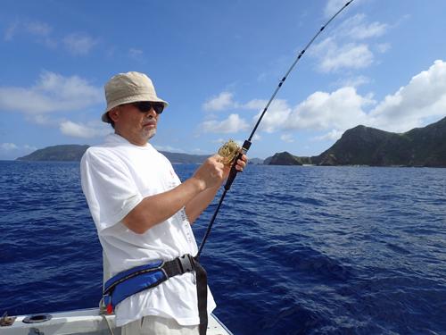 ふかせ釣りでスマを釣っている男性